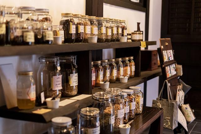 aidaの店内(ガラス瓶に入った量り売り商品が陳列されている様子)