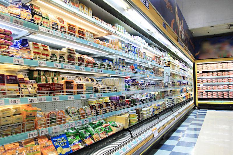 スーパーに並ぶプラスチック包装の商品