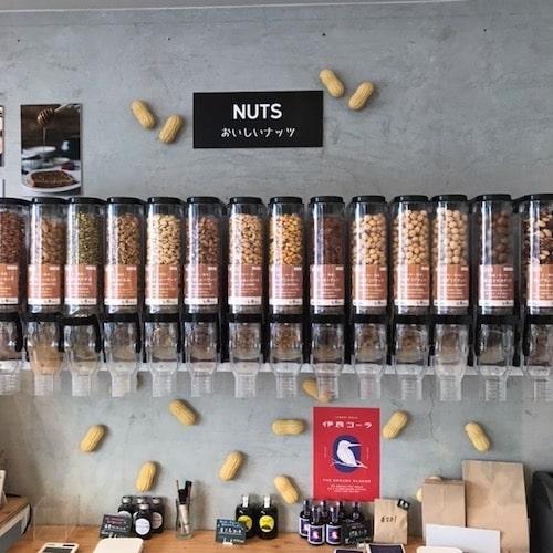 ポコムーチョの店内(多数のナッツ類が量り売りされている様子)