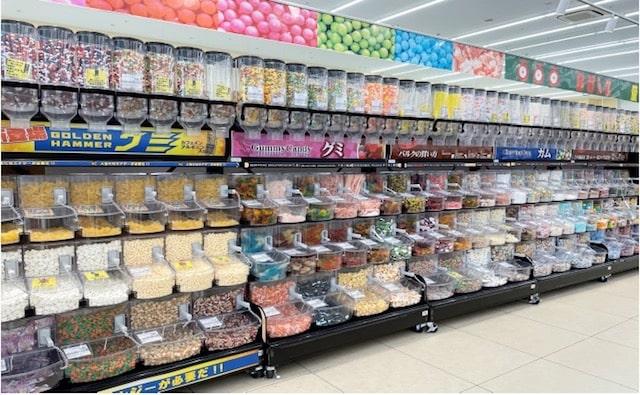 棚いっぱいのお菓子の量り売り