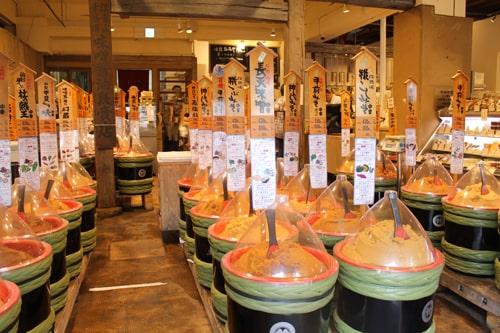 佐野味噌の店内に味噌が入った大きな樽がたくさん並んでいる様子