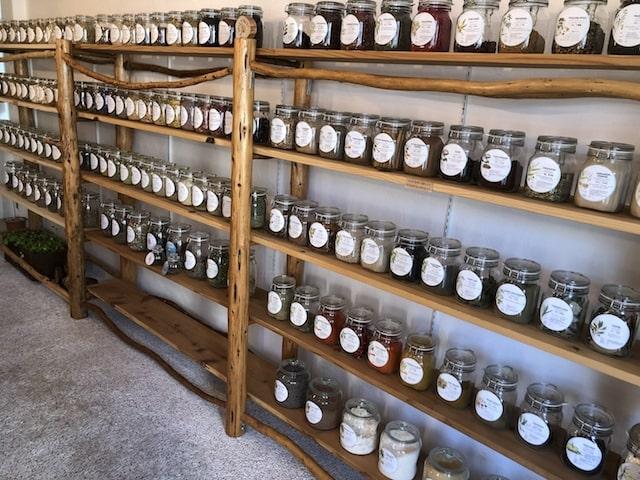 スマイルフォレストの店内(ガラス瓶に入った食品が棚にずらっと並んでいる様子)