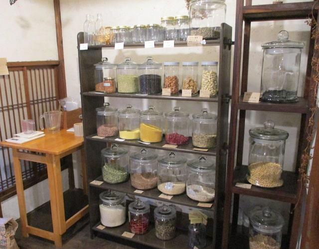 すみれやの店内(ガラス瓶に様々な量り売り商品が入っている様子)