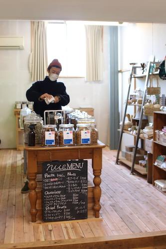 トトヤの店内(テーブルの上にガラス瓶に入った商品が並んでいる様子)