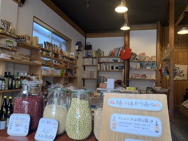 椿商店の店内(ガラス瓶に入った量り売り商品)