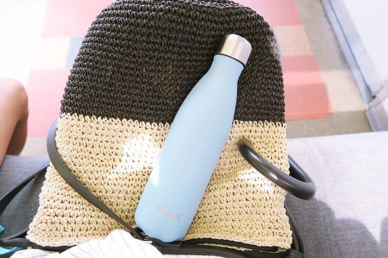 バッグの上に置いたスウェルボトル