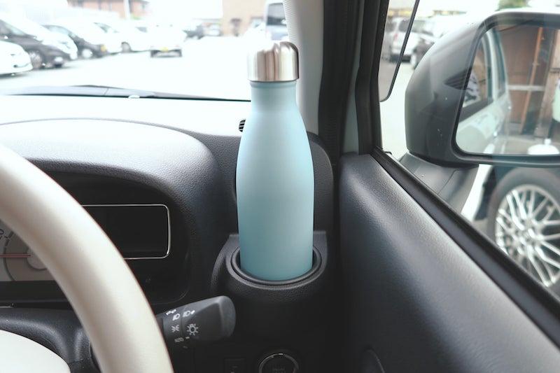 車のドリンクホルダーに収まるスウェルボトル