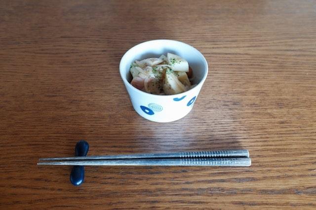 陶器のタッパーを小鉢として食卓に出している様子