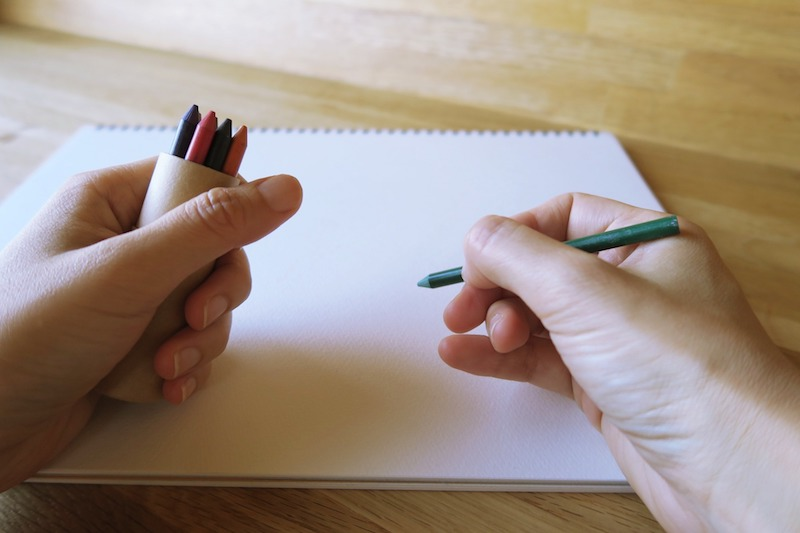 ケースを持って蜜蝋色鉛筆で描く様子