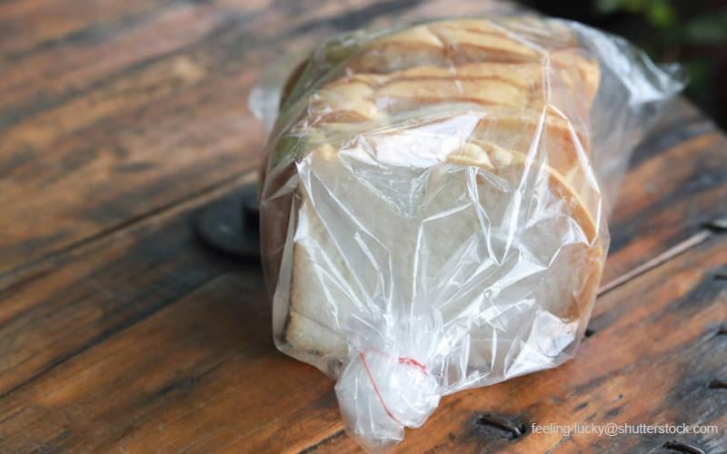 プラスチックの袋に入った食パン