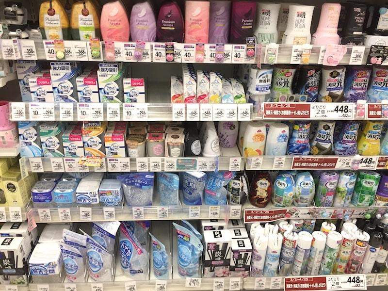 たくさんの消臭剤が並ぶスーパーの棚