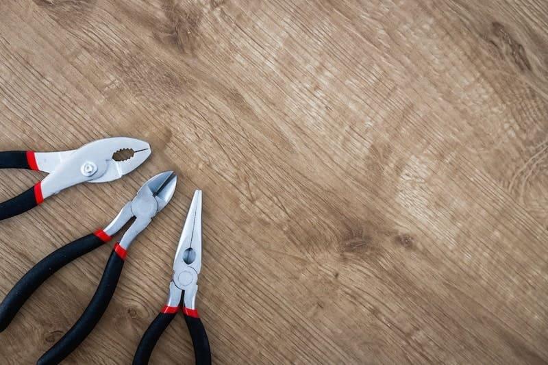 台に置かれたペンチなどの工具
