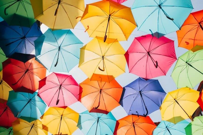 ディスプレイされたたくさんのカラフルな傘
