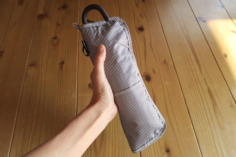 折り畳み傘を傘カバーに入れた様子