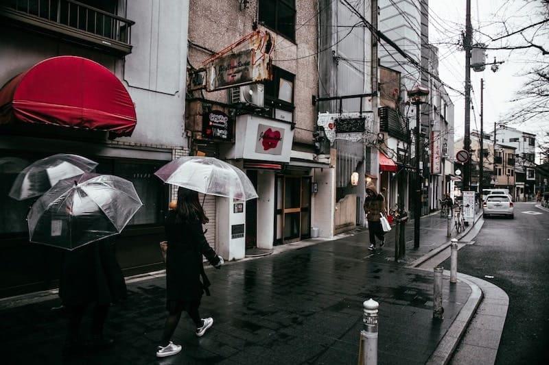 傘をさして歩く女性たち