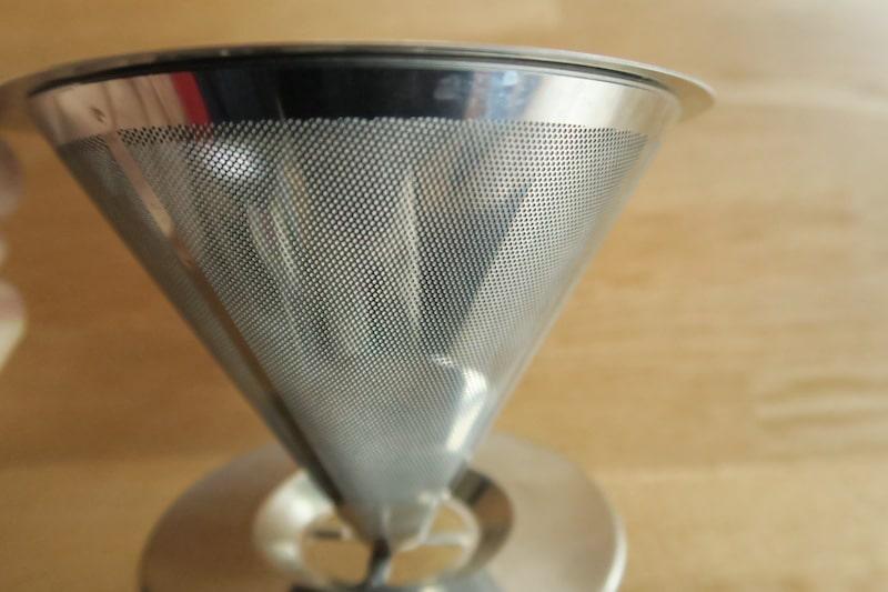 ステンレスフィルターの外側にある円形の無数の穴