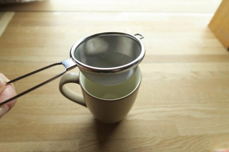 カップにセットしたハイテック茶こし