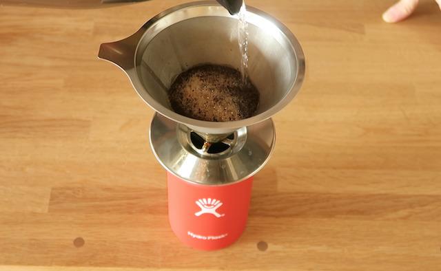 ステンレスフィルターでマイボトルにコーヒーを淹れる様子