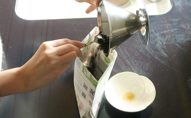 ステンレスフィルターのコーヒーかすを出すようす