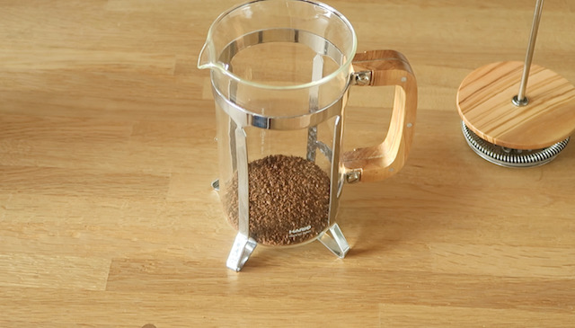 コーヒーの粉が入ったフレンチプレスのガラス本体