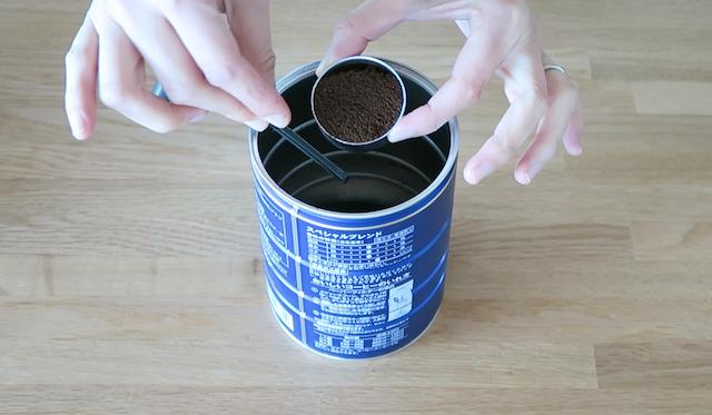フィルターバスケットにコーヒーの粉を詰めた様子