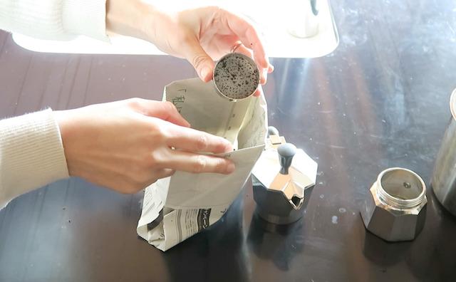 コーヒーかすを落としたフィルターバスケット