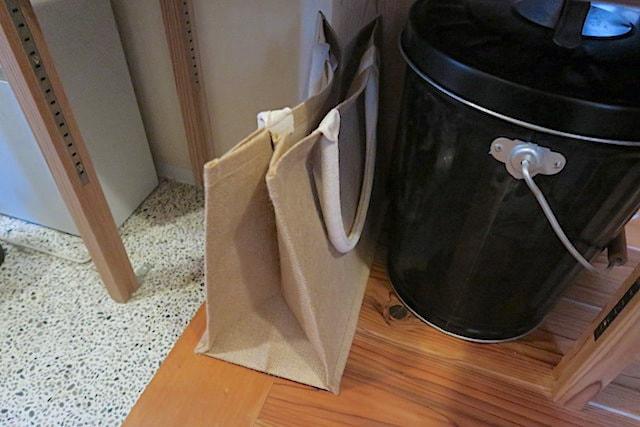 収納としてジュートのマイバッグを玄関に置いた様子