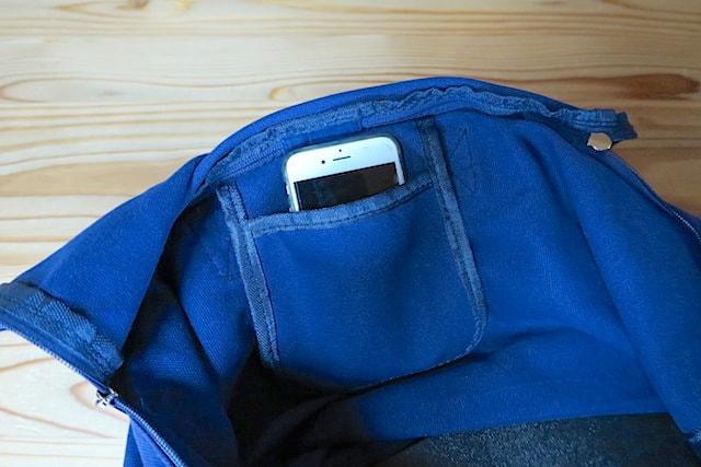 バッグの内ポケットにスマホを入れた様子