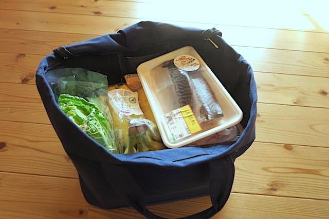 スーパーで買ったものをバッグに入れた状態