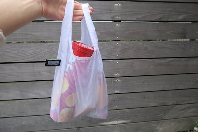お菓子を入れたハングバッグを手に持つ様子