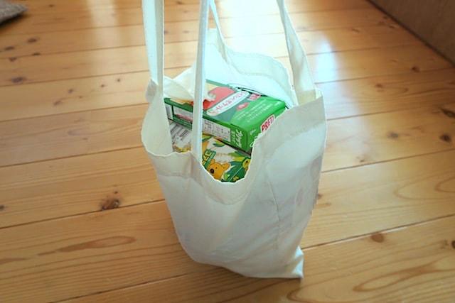 お菓子や食料品を入れた状態のコットンバッグ