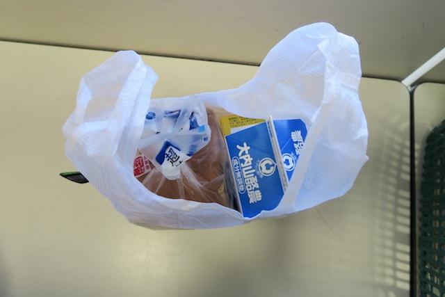 スーパーの台で商品を入れた状態のハングバッグ