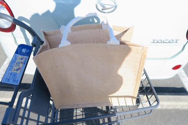 スーパーのカートにジュートのマイバッグを乗せた様子