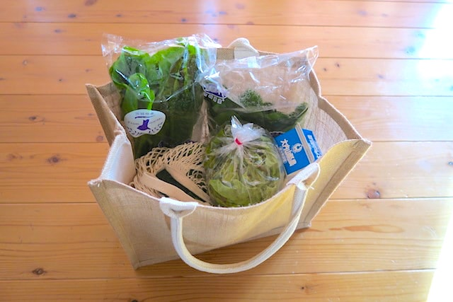買い物したものを入れた状態のジュートのマイバッグ