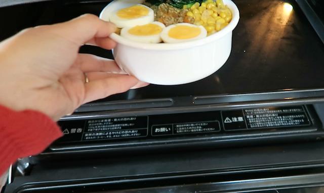 ホーロー弁当箱を電子レンジのグリル機能で温めいている様子