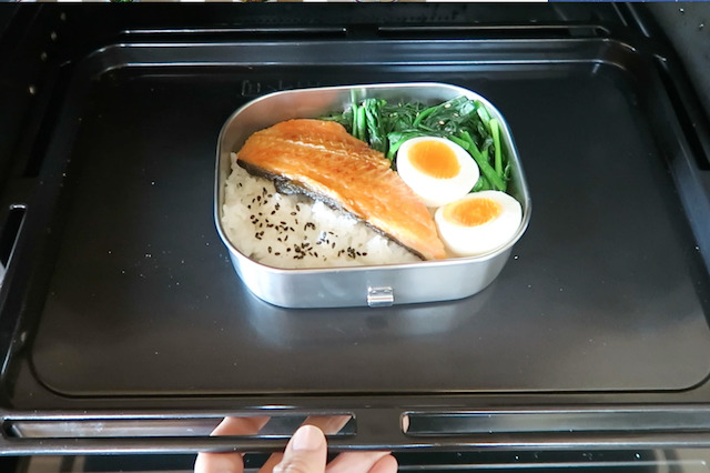 ステンレス弁当箱を電子レンジのグリル機能で温める様子