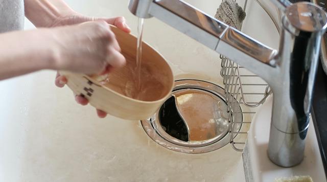 曲げわっぱを水洗いする様子