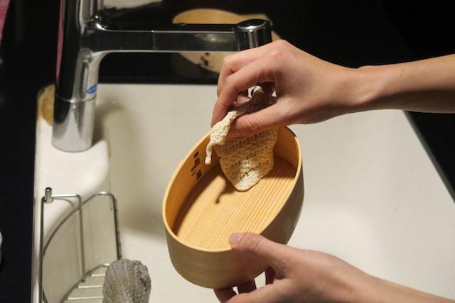 食べて長時間後に曲げわっぱを洗うようす