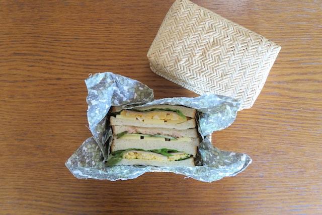 ミツロウラップを敷いた竹かごにサンドイッチを入れた様子