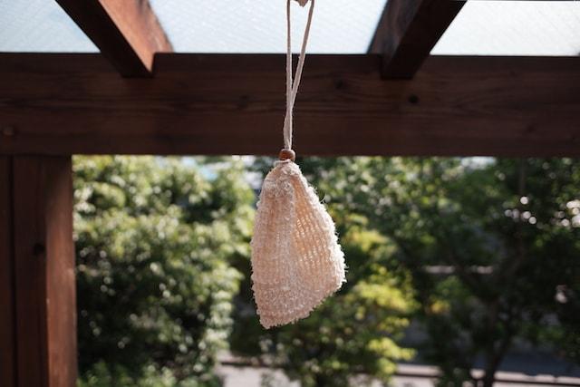 石鹸の入った麻の袋を外に吊るしている様子