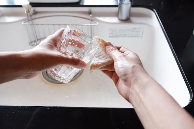 溶かした石鹸でコップを洗う様子