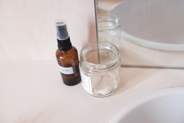 小さい石鹸を入れた空き瓶をトイレに置いて芳香剤がわりにしている様子