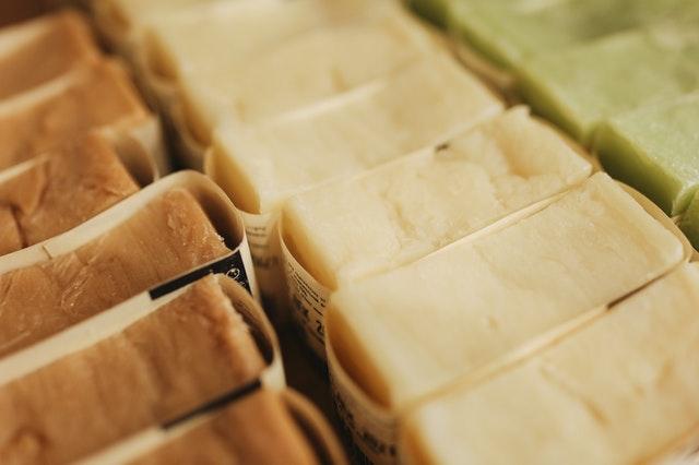 簡易包装の固形石鹸が種類ごとに陳列している様子
