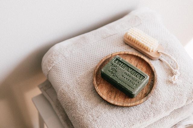 木のトレーに置いた固形石鹸