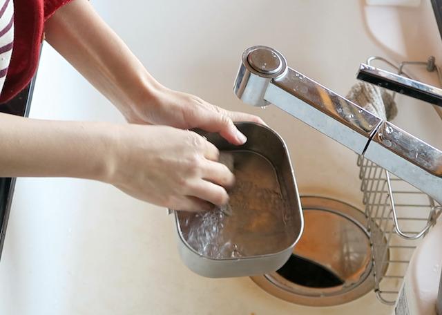ステンレス弁当箱を洗うようす
