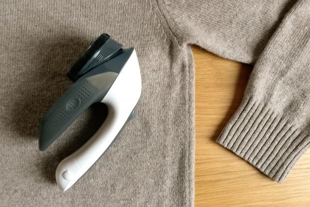 セーターの上に置かれた電動の毛玉取り器