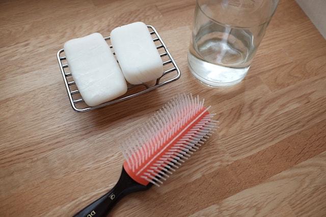 プラスチックのヘアブラシと固形シャンプーとクエン酸リンス
