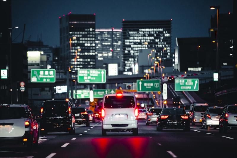 道路を走る複数の車