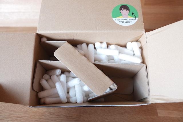 白い緩衝材の入ったラッシュのダンボール箱
