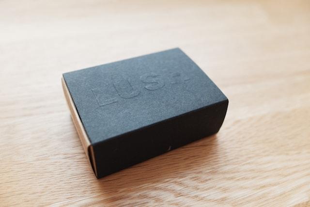 蓋を閉じた状態の固形ファンデーションの紙箱